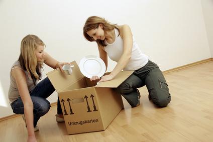 Geschirr auspacken 2 junge Frauen